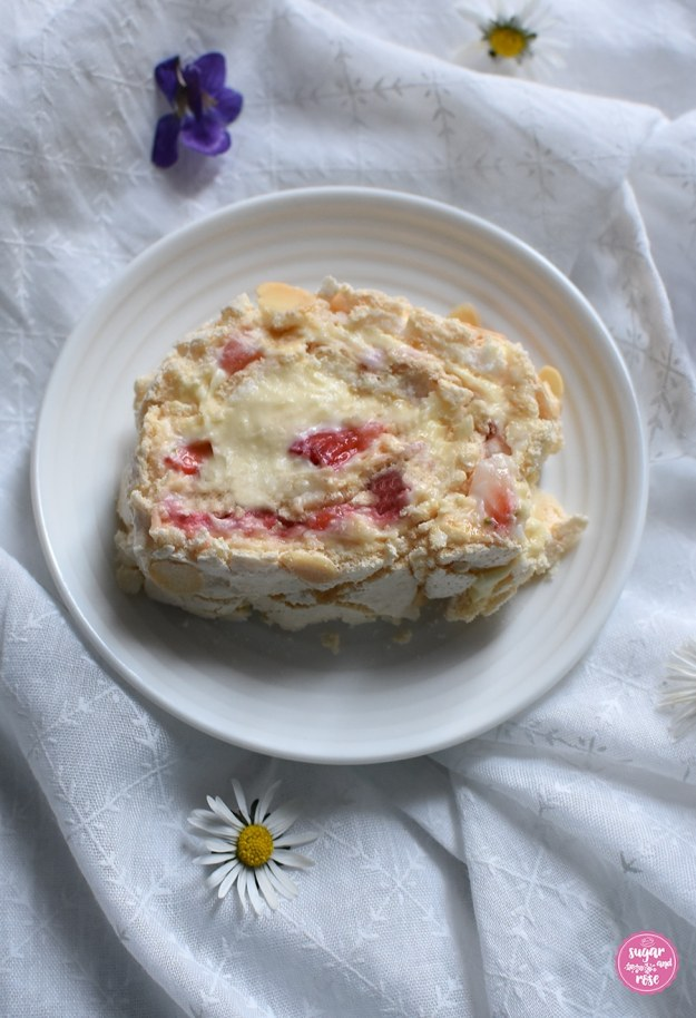 Stück Meringue-Roulade mit Eierlikörfüllung und Erdbeeren