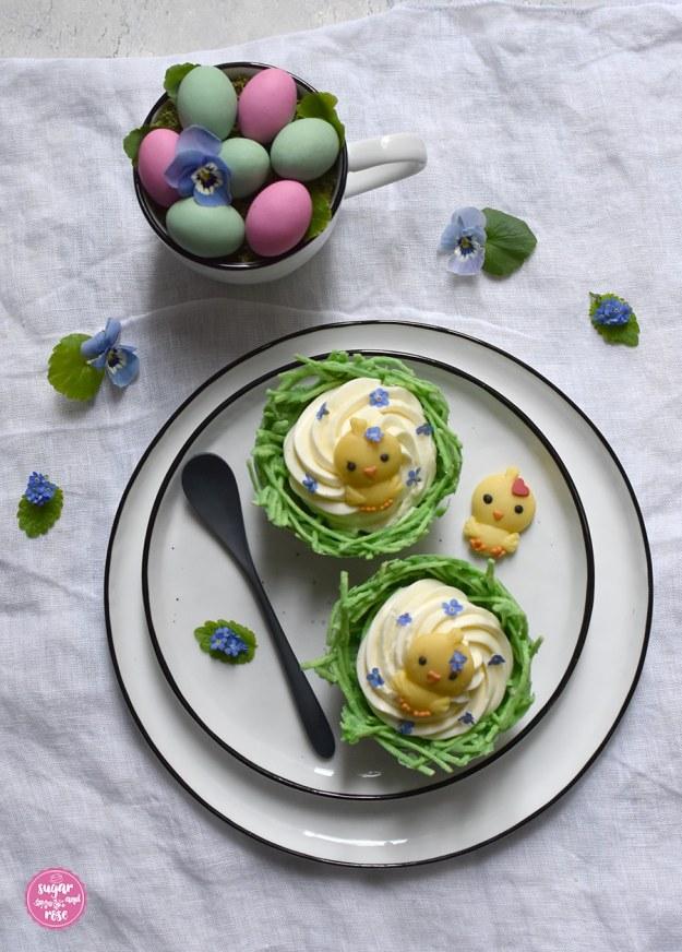 Essbares Osternest mit Eierlikörcreme und Marzipanküken auf einem Teller