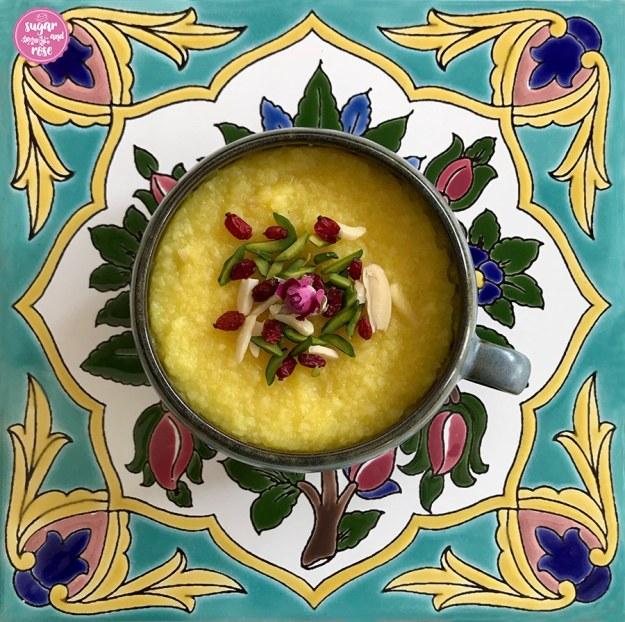 Safran-Reispudding mit Rosenwasser  auf persischer Kachel