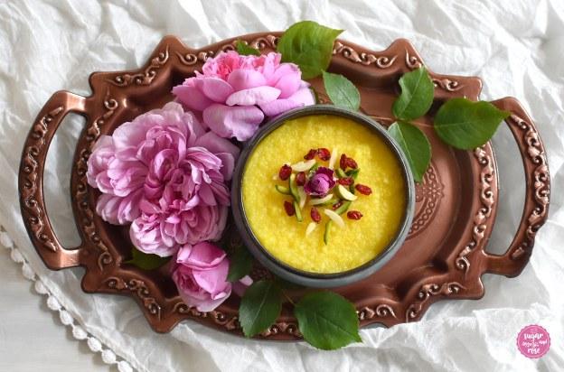 Safran-Reispudding mit Rosenwasser – Shole Zard mit rosa Rosen auf Kupfertablett