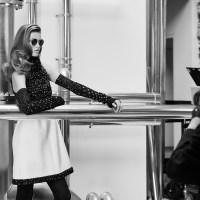 A sus casi 84, Karl Lagerfeld fotografía la nueva colección de lentes de Chanel