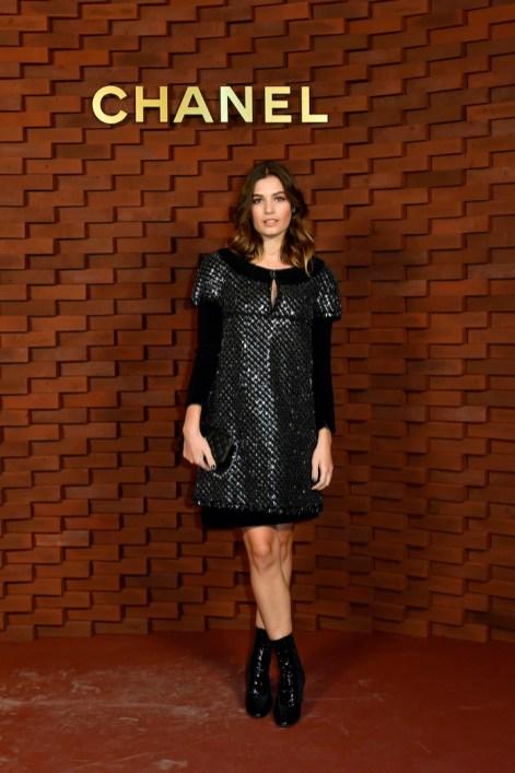 Alma Jodorosky luce un vestido en seda negro bordado con lentejuelas de terciopelo azul marino, de la colección Alta Costura Otoño-Invierno 2017/18.