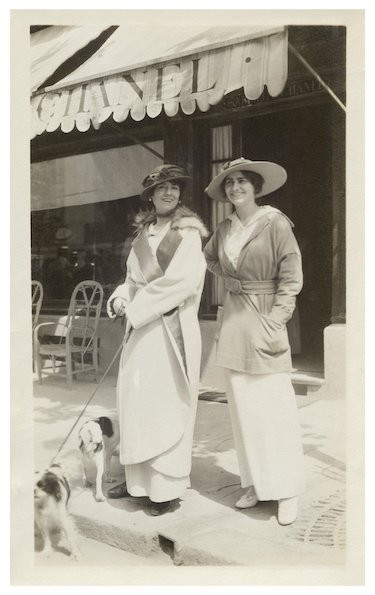 03_Gabrielle-Chanel-and-aunt-Adrienne-in-front-of-CHANEL-boutique-in-Deauville-in-1913