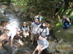 Di tengah perjalanan kami bertemu dengan anak sungai yang jernih nian airnya. Langsung, deh, kami nyemplung :-D