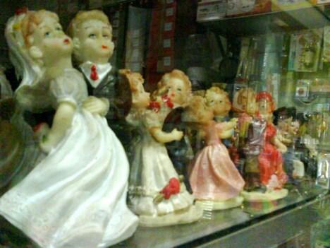 Figurin untuk kue penganten.