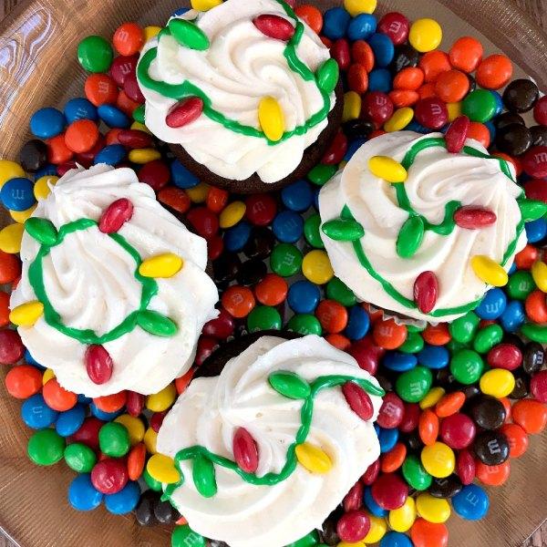 Christmas Light Cupcakes from sugar bananas Christmas Party Buffet Food Ideas