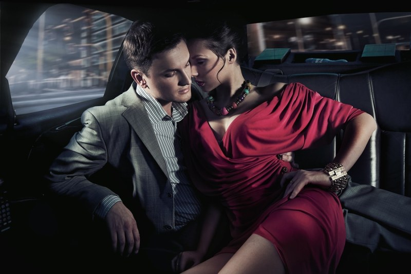 Sexy-Couple-In-The-Car