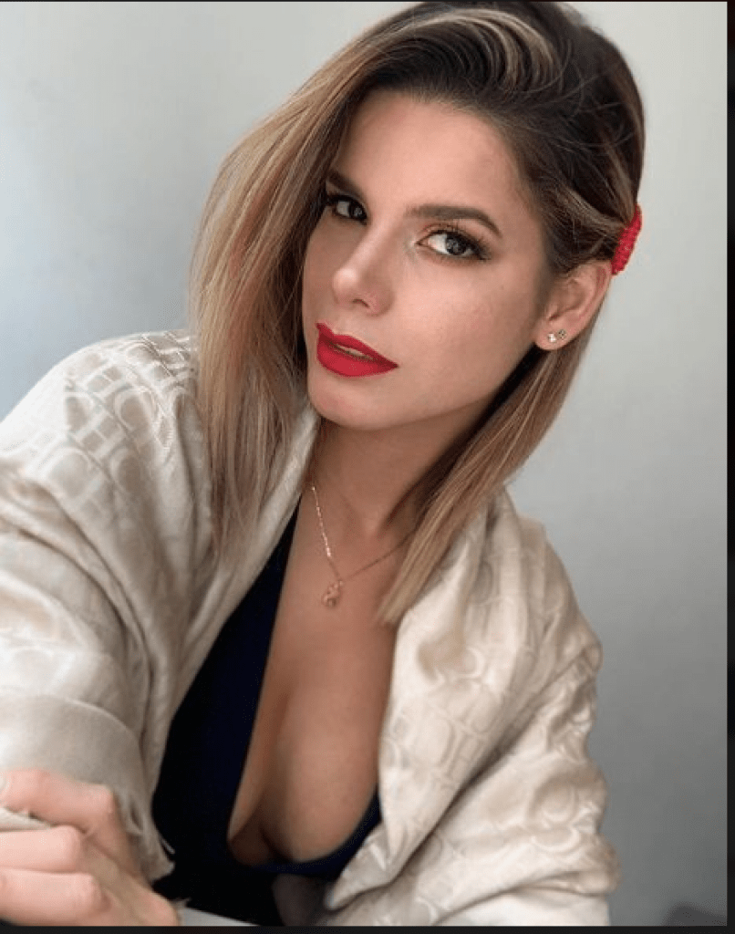 Rich Sugar Mama In Dubai Wants Both Of You To Chat Online