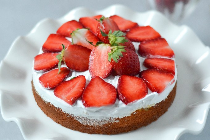 Strawberry Cream Cake (eggless)