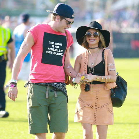 AGH, could Sarah and boyf Dominic Sherwood look any cuter? Digging the floppy hat and cute statement sunnies.<br /><br />