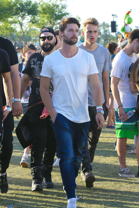 Paddy Schwarz looking FIT in a plain white tee and jeans roaming the Coachella lawn.&amp;nbsp;&lt;br /&gt;&lt;br /&gt;<br />