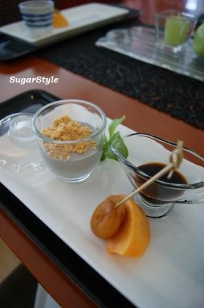 黒ゴマのブラマンジェ・黒蜜ソース/杏の紅茶煮