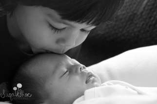 SugaShoc_Photography_Children_Photographer_Bucks County_Doylestown_PA_newborn_sibling_kissing_baby_newborn_brother