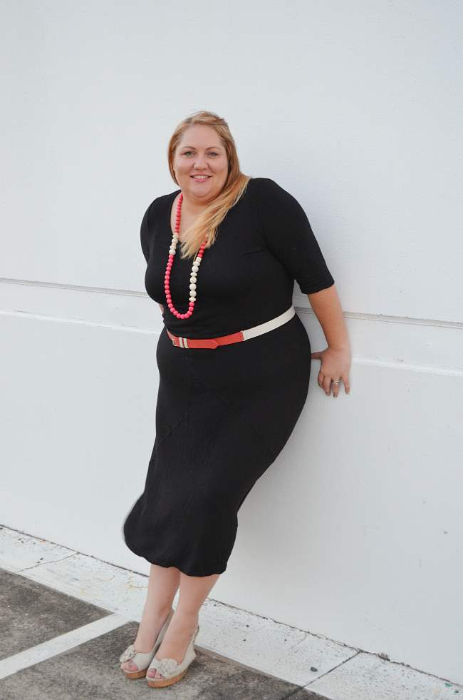 plus size black dress with pink red accessories 004