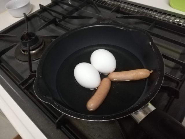 フライパンにお湯を入れる