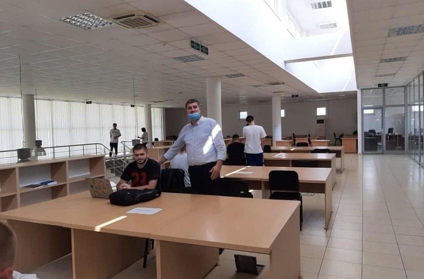 Deputeti Ardian Shala, viziton bibliotekën e qytetit