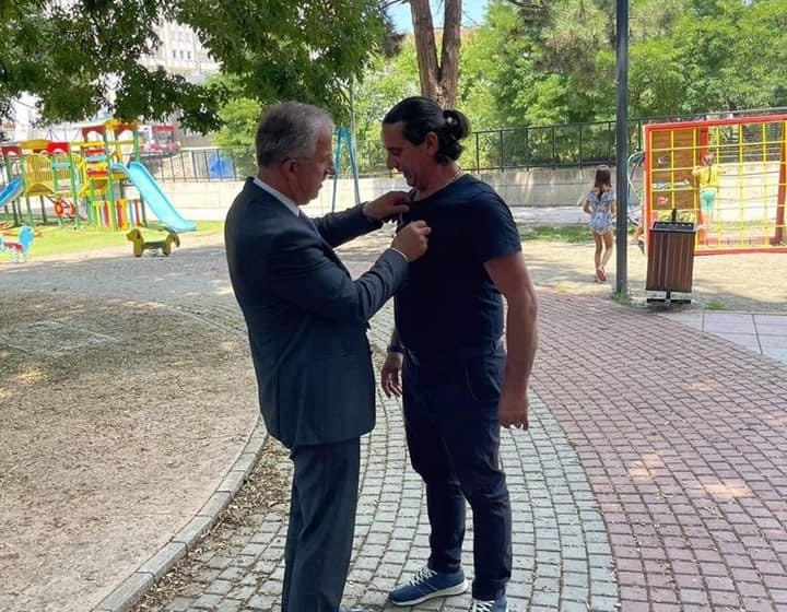 Muharremaj takon dy mërgimtarë në park, u dhuron simbolin e Komunës