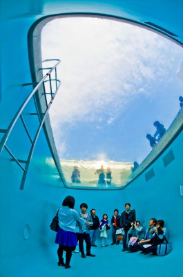 Kolam Renang Unik di Jepang Yang Bisa Dimasuki Tanpa Kebasahan