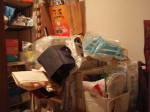 廊下収納ビフォー掃除用品など