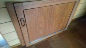 外した食器棚の扉