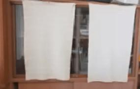 カーテンで隠しきれていない棚