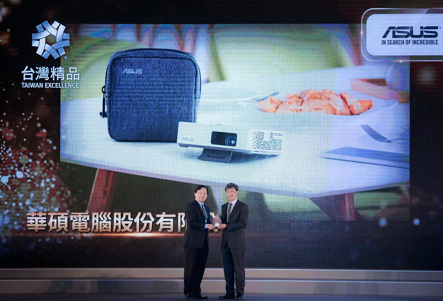ASUS ZenBeam S2 可攜式投影機輕巧體積採用環保的無汞LED燈源,以及優異的短焦投影特色,獲頒台灣精品獎銀質獎