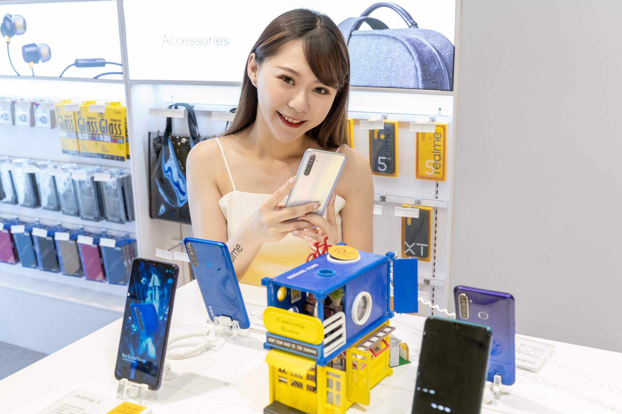 realme品牌專櫃提供目前販售之全系列手機供體驗