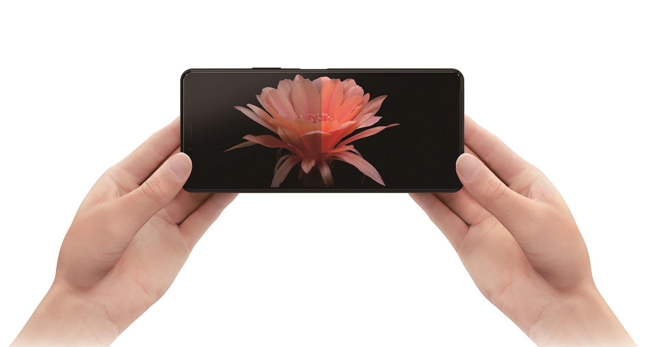 Xperia 10 II擁有6吋21比9 OLED寬螢幕,延續俐落優雅的無邊框設計,打造出時尚美型質感。(2)