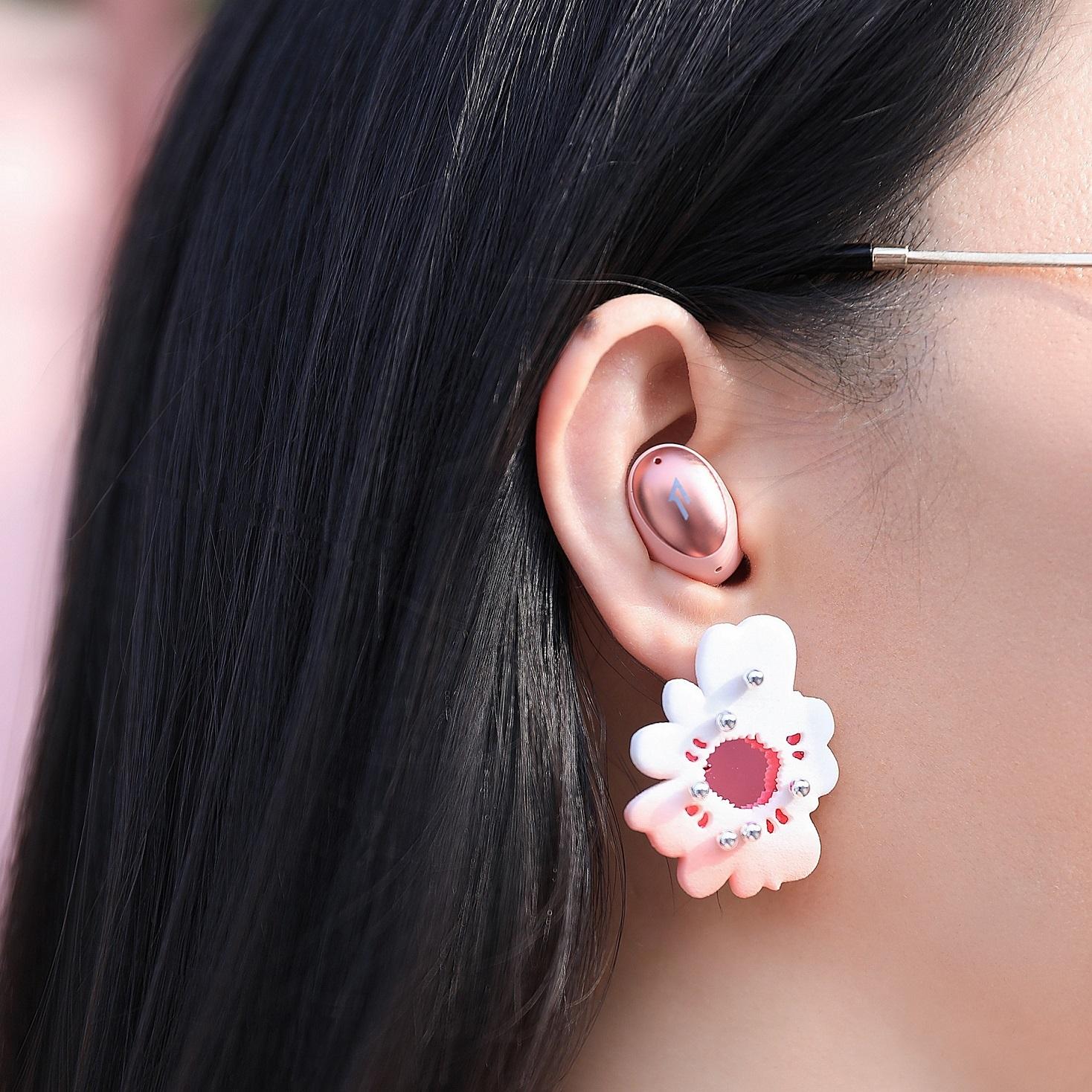 1MORE ColorBuds時尚豆真無線耳機採用符合人體工學設計,提供不同尺寸的入耳式矽膠耳套,能依照個人的耳廓大小自由搭配