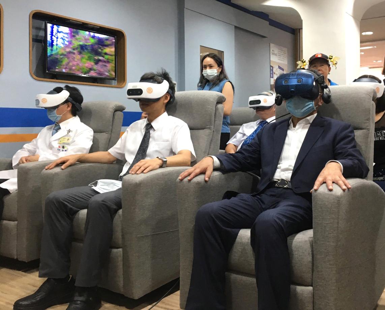 HTC新聞照片(右一陳時中部長配戴VIVE Cosmos體驗臺北醫院附設悅心長照暨早療中心VR輔療課程)
