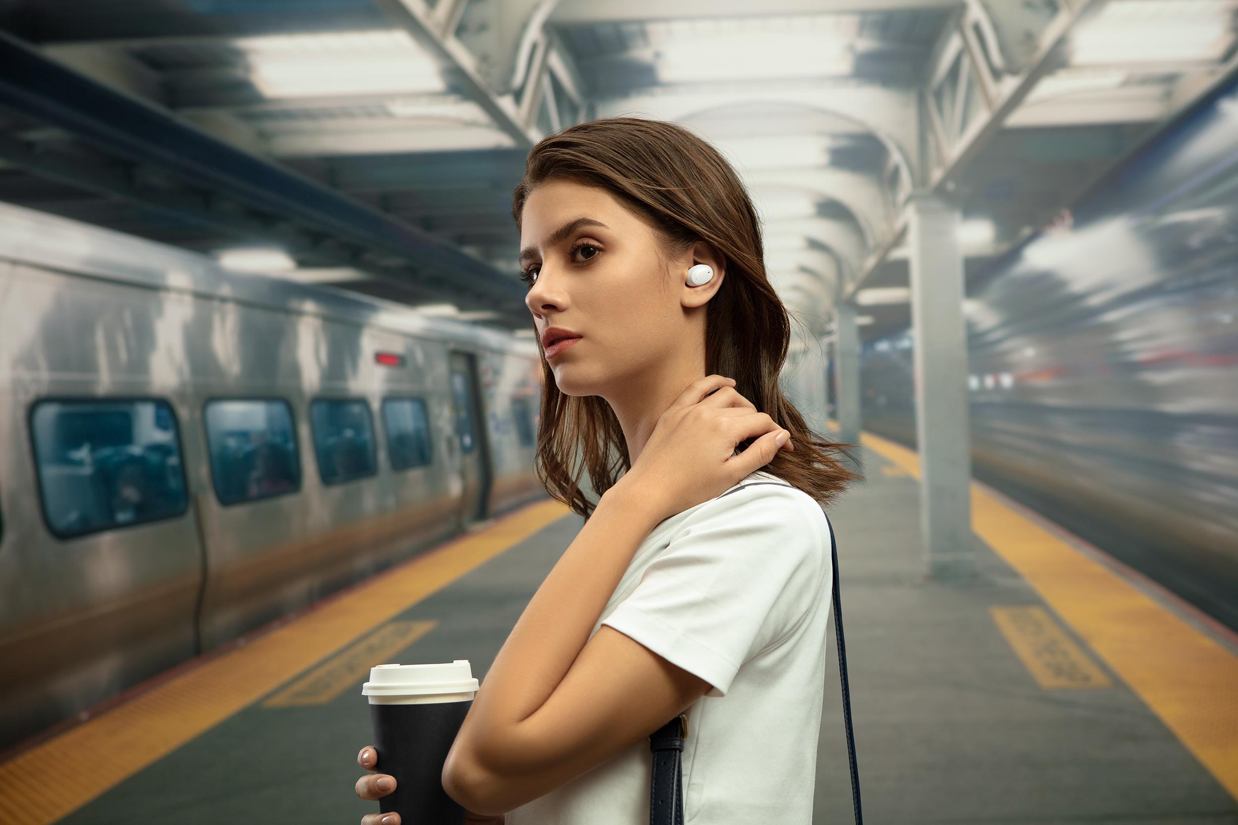OPPO Enco W11採用豆狀入耳式設計,配戴時不只更穩固且隔音效果更佳。
