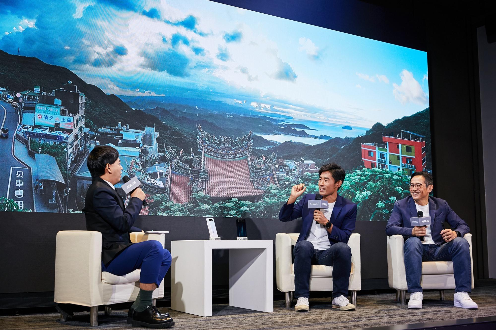(右二)與華碩全球副總裁林宗樑(右ㄧ)對談永不放棄且充滿鋼鐵意志的ZenFone精神。