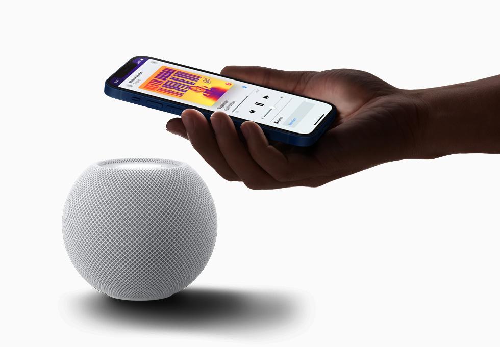 HomePod mini 可搭配 Apple 裝置使用,讓使用者能夠在 iPhone 上無縫順暢地接力播放音樂,或是自動接收個人化的聆聽建議。