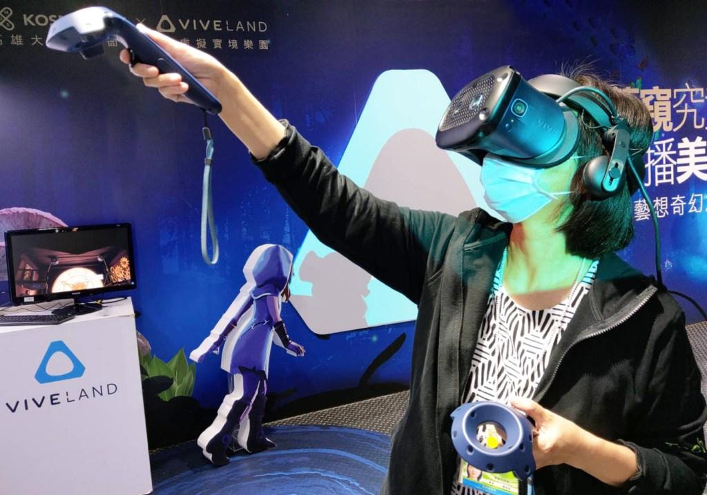 高雄市政府經濟發展局處長陳杏怡體驗《跳進兔子洞-VR藝想奇幻之旅》