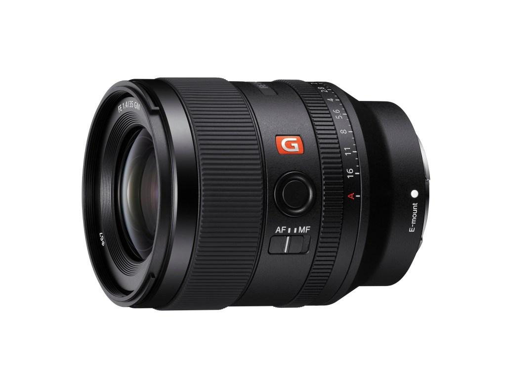 Sony FE 35mm F1.4 GM 鏡頭重量僅約524 克,打造非凡解析度、優異散景表現和精準對焦性能,是 Sony E 接環系統使用者必備的絕佳鏡頭選擇。