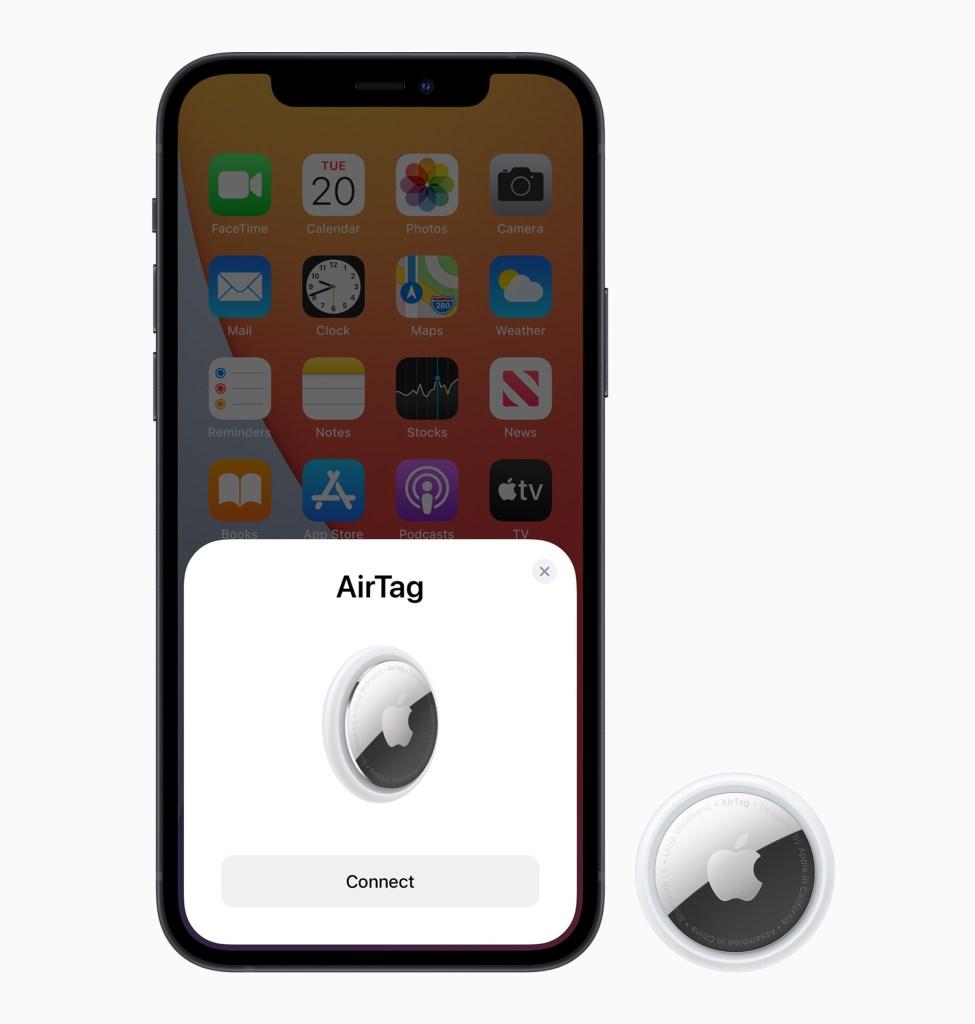 簡單輕點一下即可設定,立即將你的 AirTag 連上 iPhone 或 iPad。 只要為你的 AirTag 輸入一個名稱,並把它附加在目標物品上,就可掌握它的蹤跡。