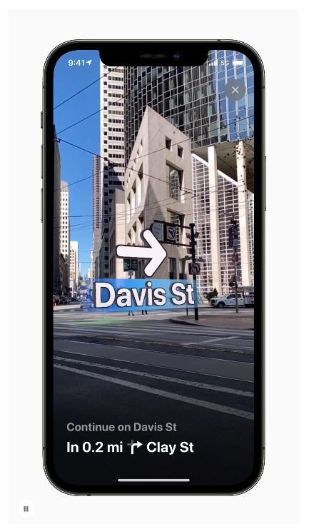 iOS 15 使用者只要舉起 iPhone,「地圖」就會產生高準確度的位置訊息,並透過擴增實境給予詳細的步行路線指引。