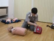 AEDの④使い方を学ぶ様子