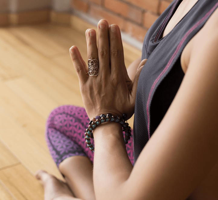 Namaste-Haltung: Die Hände vor der Brust aufeinander gelegt, die Daumen berühren das Brustbein