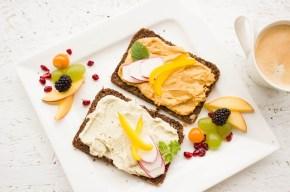Zwei Vollkornbrötchen mit Auftstrich und Obst: Mit gesunder Ernährung erfolgreich abnehmen!