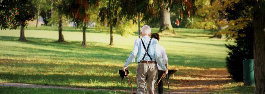 gesund alt werden: älteres Paar geht Nordic walken, Nordic Walking im Alter