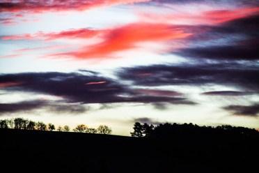 Foto, Landschaft mit explosivem Abendhimmel