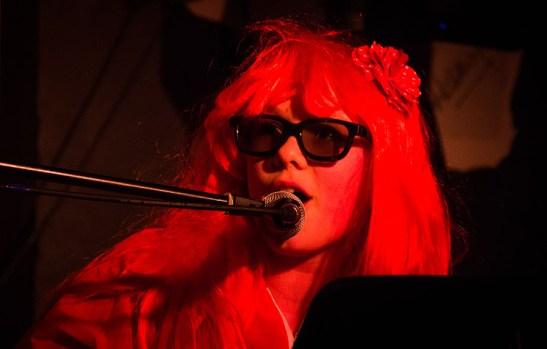 Foto, Mädchen mit Perrücke singt