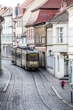 Foto, Brandenburg an der Havel, Mädchen rennt zur Straßenbahn
