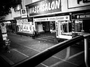 sw-Foto, Straßenszene an Berliner Bushaltestelle