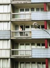 Foto, Frankreich, Mann steht auf dem Balkon