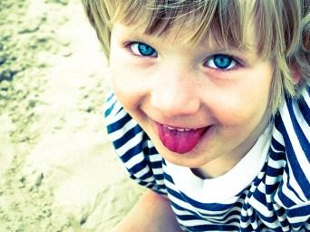 Foto, Portrait Mädchen mit rausgestreckter Zunge