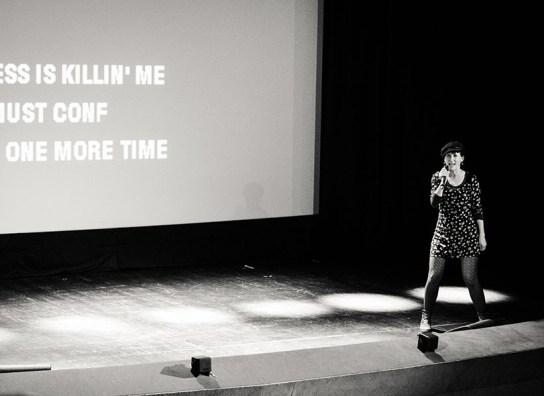 Frau singt auf der Bühne (c) Sulamith Sallmann