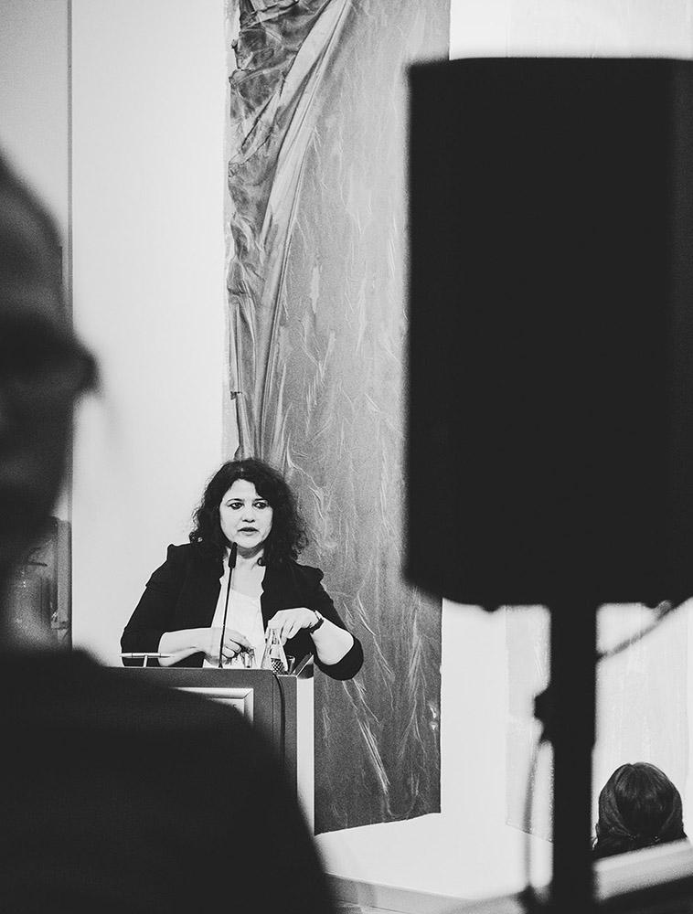 Frau hält eine Rede