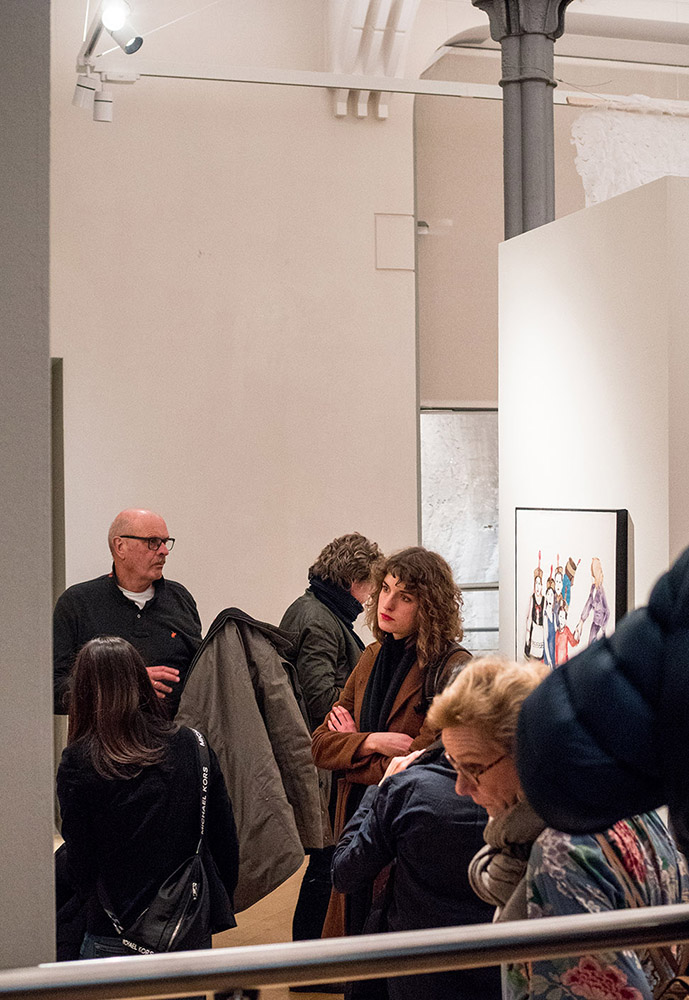 Besucher in einer Ausstellung